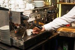 倾吐从咖啡机器的浓咖啡 免版税库存图片