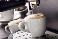 倾吐从咖啡机器的浓咖啡 免版税库存照片