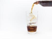 倾吐从塑料瓶的可乐入玻璃 免版税库存照片