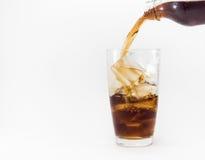 倾吐从塑料瓶的可乐入玻璃 免版税库存图片