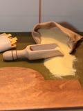 倾吐黄麻大袋和烹饪戽水者的玉米面 库存照片