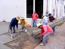 倾吐水泥的墨西哥工作者 免版税库存照片