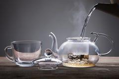 倾吐从茶壶 库存照片