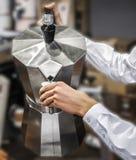 倾吐moka罐咖啡自助食堂服务背景 免版税图库摄影