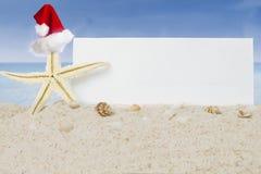 倾斜与空白的横幅的海星在海滩 图库摄影