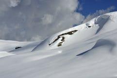 倾斜使未触动过的雪光滑 库存照片