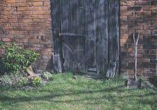 倾斜反对一个老大厦的锹 免版税图库摄影