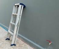 倾斜反对房子的梯子 免版税图库摄影