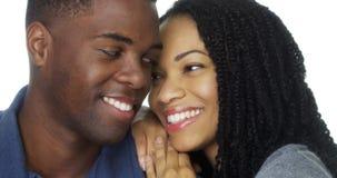 倾斜反对男朋友的黑人妇女在白色背景 库存照片