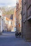 倾斜反对砖瓦房布鲁日的两辆自行车 免版税库存图片