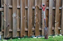 倾斜反对篱芭的老铁锹 库存图片