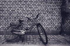 倾斜反对stree的独特的经典葡萄酒行家自行车 免版税库存照片