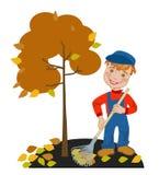 倾斜叶子的男孩花匠在庭院里 免版税库存照片