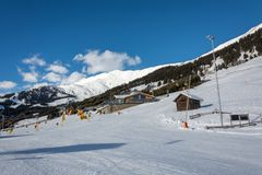 倾斜和黄色长平底船有瑞士山中的牧人小屋的在滑雪胜地Serfaus Fiss 图库摄影