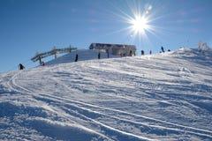 倾斜和滑雪电缆车的滑雪者 免版税库存照片