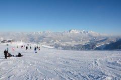 倾斜和滑雪电缆车的滑雪者 图库摄影