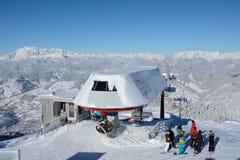倾斜和滑雪电缆车的滑雪者 库存照片