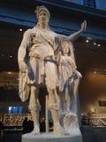 倾斜在一个妇女形象(希望Dionysos)的Dionysos雕象在大都会艺术博物馆 库存图片
