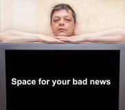 倾斜在一个黑屏幕的一个人 免版税库存照片