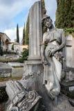 倾斜在专栏的年轻哀伤的追悼的妇女雕象 库存照片