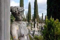 倾斜在专栏的年轻哀伤的追悼的妇女雕象 库存图片