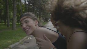 倾斜在乘客摩托跨斗窗口挥动的手外面的女孩笑和庆祝继续的自由夏天休假- 影视素材