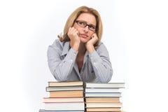 倾斜在书的哀伤的女性提倡者画象  库存图片