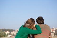 倾斜在人的肩膀的一个少妇的背面图画象 免版税库存照片