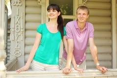 倾斜在房子大阳台的夫妇  免版税库存照片