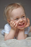 倾斜在手肘的女婴 免版税库存图片