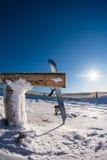 倾斜在木路轨的雪板 图库摄影
