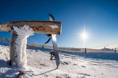 倾斜在木路轨的雪板 免版税库存图片