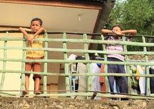 倾斜在栏杆的孩子 免版税图库摄影