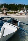 倾斜在浅水区的一个渔船由海滩 图库摄影