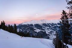 倾斜在滑雪胜地Serfaus与桃红色天空和月亮ab的Fiss Ladis 库存图片