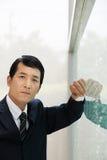 倾斜在窗口的日本商人 库存图片