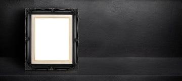 倾斜在黑内部水泥室背景,模板的横幅嘲笑的空白的黑葡萄酒框架设计,事假sid显示的  库存图片