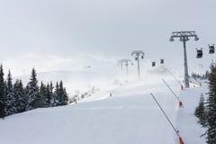 倾斜在Jasna滑雪胜地,有有雪飞雪的斯洛伐克 免版税库存图片