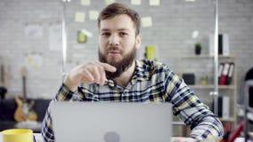 倾斜完成的事务的有生产力的商人在膝上型计算机,有效的经理满意对会议最后期限 股票视频