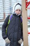 倾斜对台阶的青春期前的女孩,当走冬日,画象,看照相机时 免版税库存照片