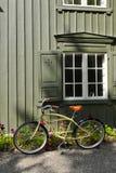 倾斜对墙壁的古板的自行车 图库摄影