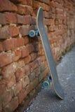 倾斜对墙壁的滑板由橙色砖做成 免版税库存图片