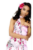 倾斜对墙壁的美丽的年轻非洲妇女 免版税库存图片
