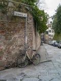 倾斜对墙壁的自行车在佛罗伦萨 免版税图库摄影