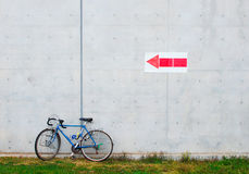 倾斜对墙壁的自行车 免版税库存图片