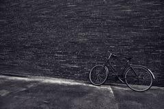 倾斜对街道墙壁的经典葡萄酒行家自行车 库存照片