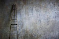 倾斜对织地不很细墙壁的木梯子 事业梯子的概念 图库摄影