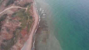 倾斜山崩缺点空中射击在海海岸线附近的在多云天气 影视素材