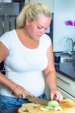 一名壮健妇女在厨房里 库存图片