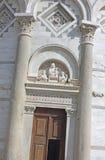 倾斜比萨塔的入口 免版税库存照片